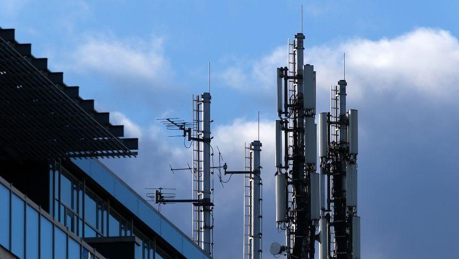 Avec ses débits accrus et sa latence réduite, la 5G devrait d'abord bénéficier aux entreprises avant de faire la joie du grand public. Et certains opérateurs proposent d'ores et déjà une variété de forfaits mobiles 5G professionnels. Quels sont-