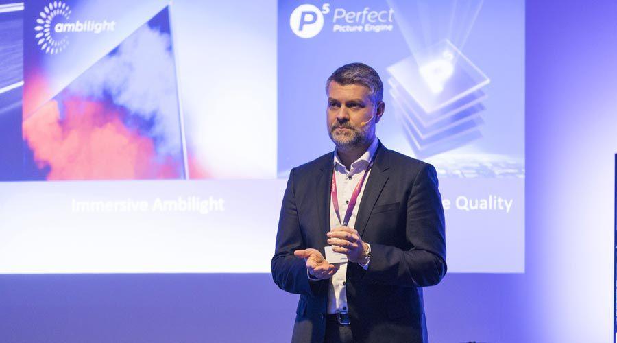 Kostas Vouzas, vice-président de TP Vision Europe et directeur de la division TV de Philips, durant une conférence