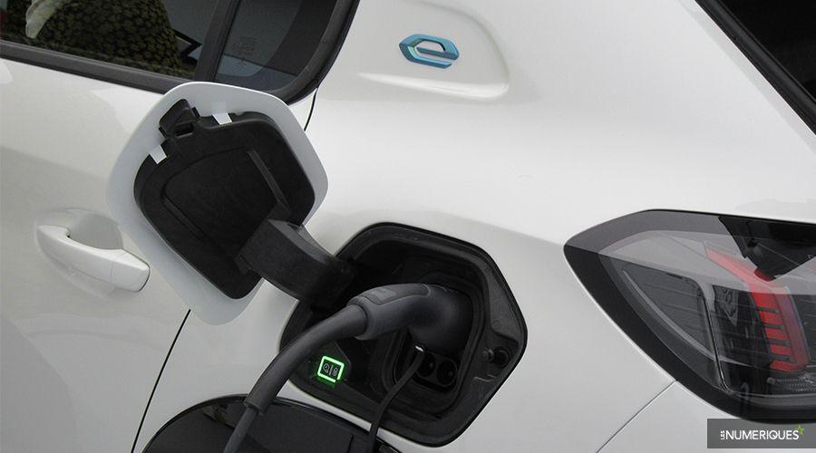 Peugeot-e208-prise-WEB.jpg