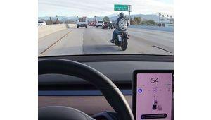Le grand duel routier – Tesla Autopilot: 0 – Motocyclette: 1