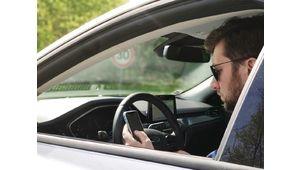 Utiliser votre téléphone au volant pourrait bientôt vous coûter votre permis