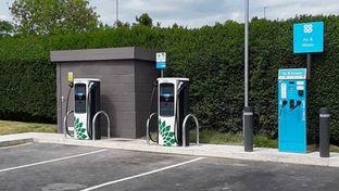 Bornes électriques : le gouvernement britannique veut imposer la carte bancaire