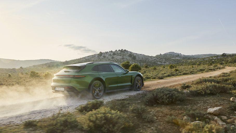 La Porsche Taycan part à l'aventure avec la version break Cross Turismo - Les Numériques