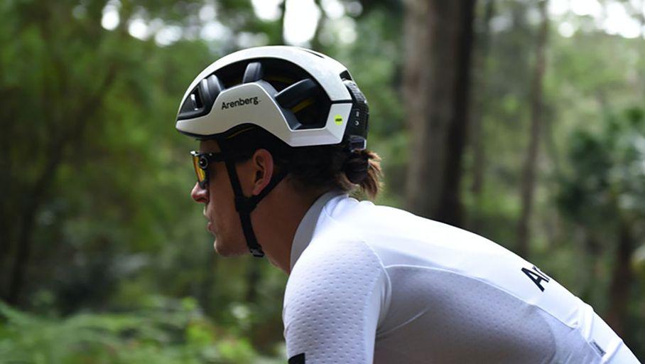 Un casque vélo connecté détecte l'ouverture des portières grâce à l'IA et la 5G