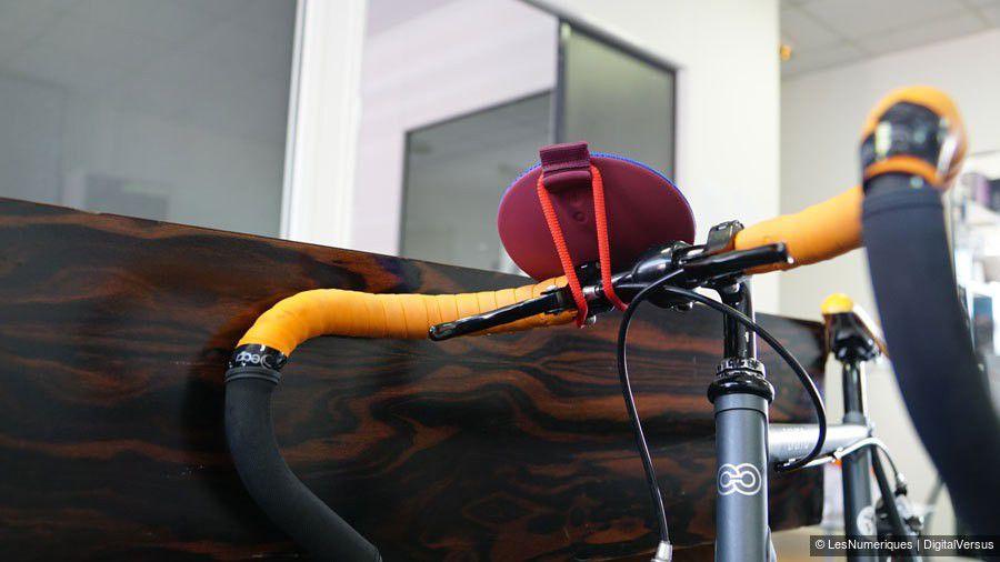 enceinte Ultimate Ears (UE) Roll fixée à un guidon de vélo