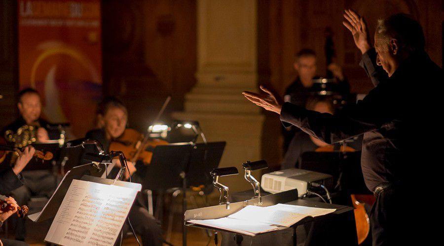 Jean_Louis_Vicart,_chef_d'orchestre,_à_la_tête_de_l'ensemble_Unis_Sons_(Photo_Christian_Taillemite).jpg