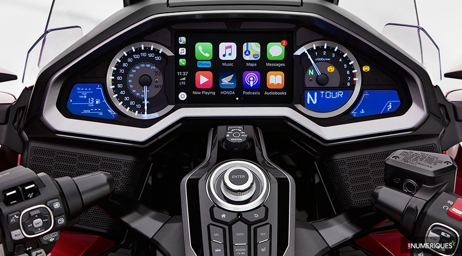Honda-Gold-Wing-GL1800-CarPlay-WEB.jpg