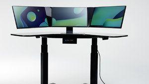 Smartdesk: un PC tout-en-un à trois écrans, intégré dans un bureau