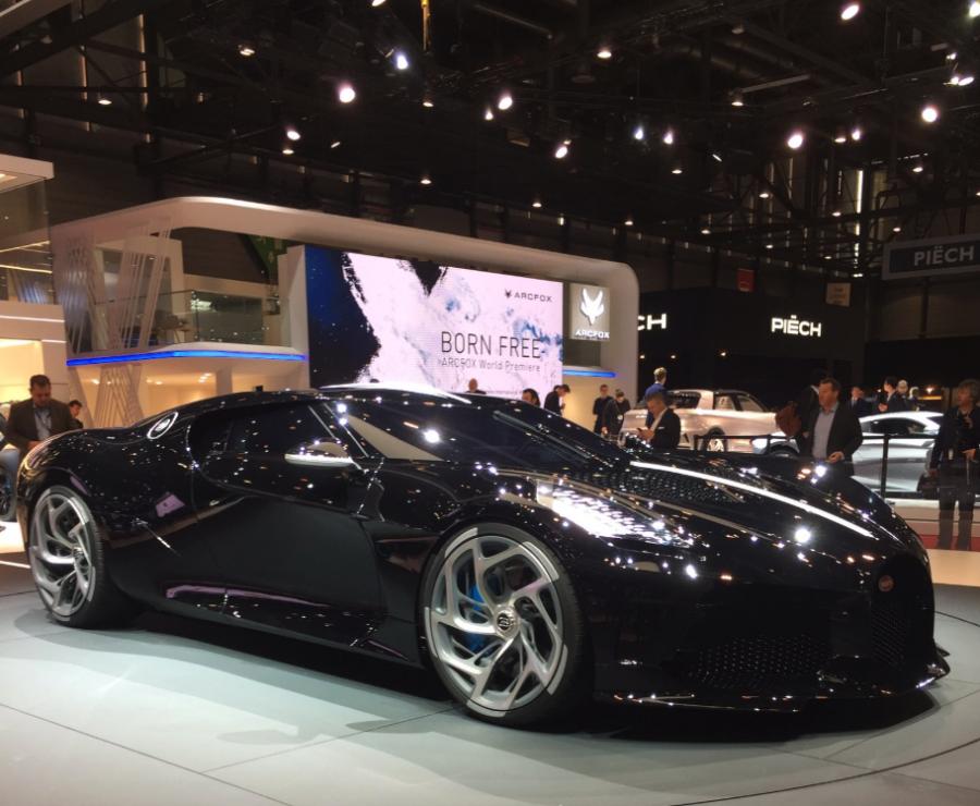 Bugatti voiture noire au salon de l'automobile de Genève 2019