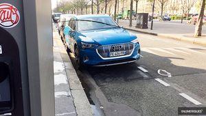 Une Audi e-tron surprise en pleine recharge dans Paris