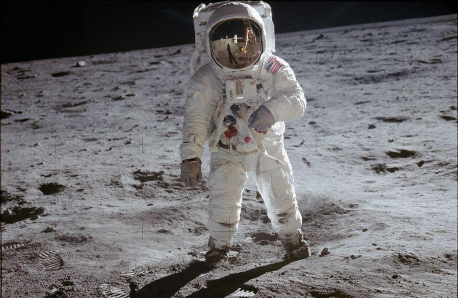 astronaut-buzz-aldrin-walks-on-lunar-surface-near-leg-of-lunar-module--nasa- copie.jpg