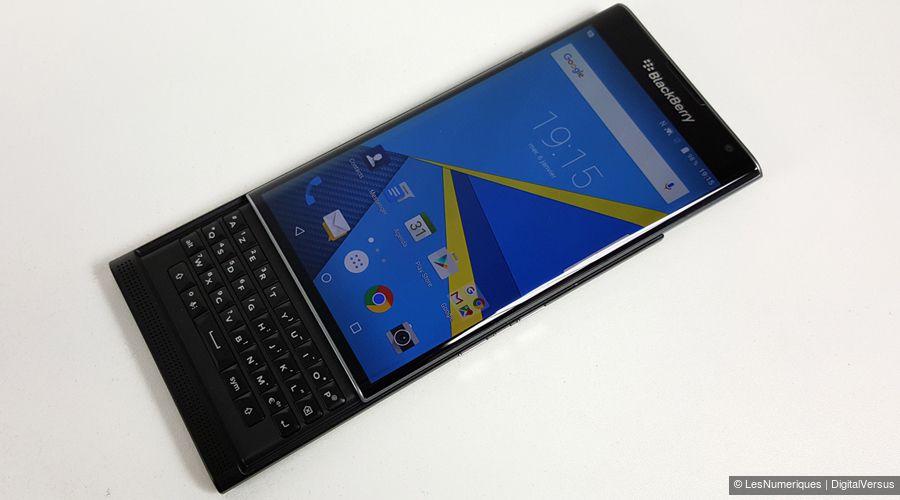 Blackberry priv face ouvert table