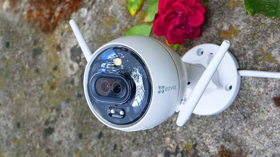 Test EZVIZ C3X : une caméra de surveillance extérieure qui détonne