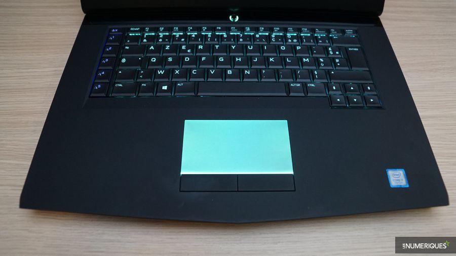 Test du PC gamer Alienware 15 R3, ouvert, clavier et trackpad rétroéclairés