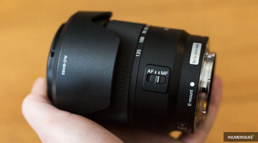 Test du zoom Sony E 18-135mm f/3,5-5,6 OSS replié, en main