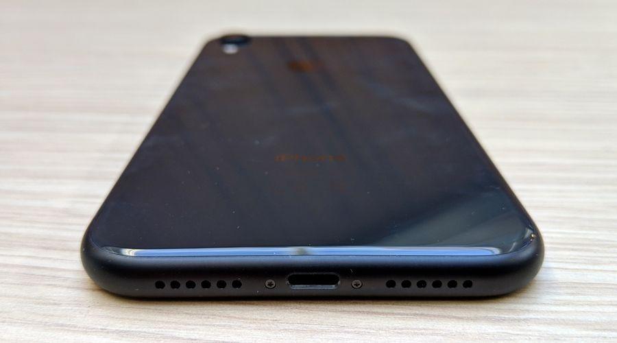 apple-iphone-xr-lightning.jpg