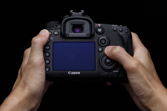 Canon 7D Mark II 2 prise en main arrière
