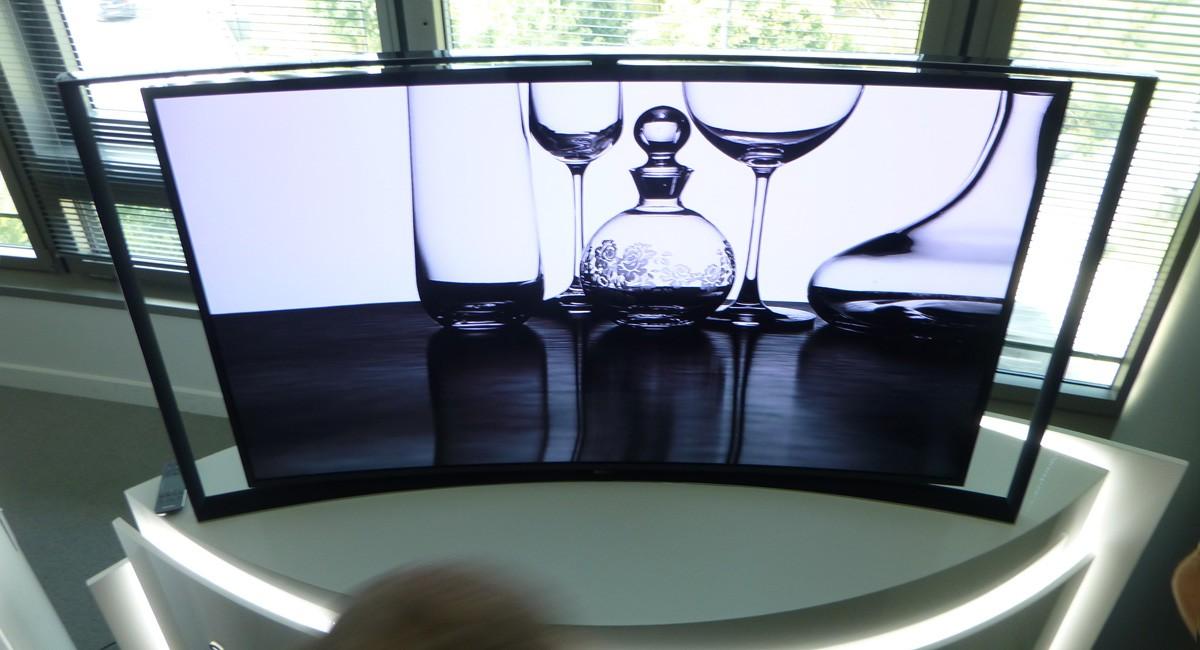 le tv oled incurv de samsung disponible avant celui de lg. Black Bedroom Furniture Sets. Home Design Ideas